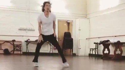 Mick Jagger bailando a un mes de su operación cardíaca