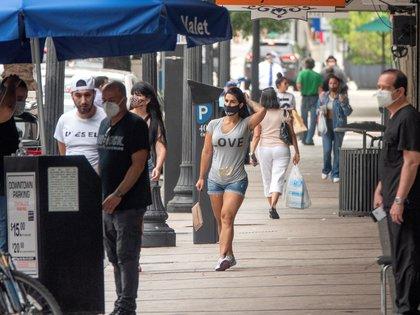 Personas caminan con tapabocas por el centro de Miami, Florida, el pasado 22 de julio del 2020. EFE/EPA/CRISTOBAL HERRERA-ULASHKEVICH