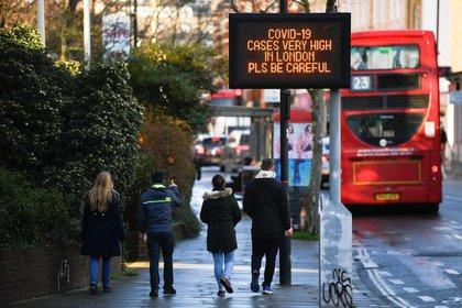 La nueva cepa de coronavirus hallada en el Reino Unido generó pánico y preocupación en la comunidad internacional (REUTERS/Toby Melville)