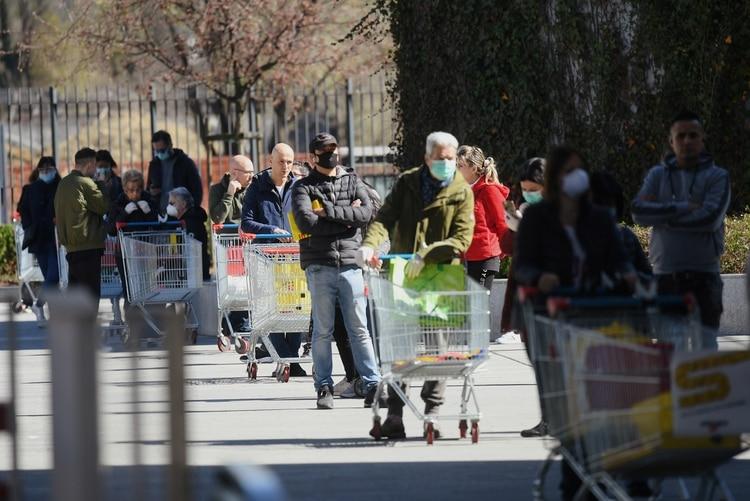Filas afuera de un supermercado de Milán en el segundo día de cuarentena en todo el territorio italiano (Reuters)