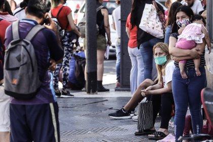 Varias personas hacen fila para aplicar a opciones de trabajo en Buenos Aires (EFE)