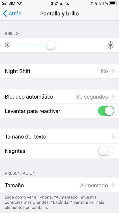 Se puede activar el modo oscuro en iOS 13 dentro de la opción Pantalla y brillo del menú de configuración.