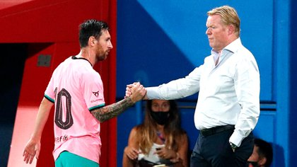 Soccer Football - Pre Season Friendly - FC Barcelona v Girona - Johan Cruyff Stadium, Barcelona, Spain - September 16, 2020 Barcelona's Lionel Messi shakes hands with coach Ronald Koeman as he is substituted off REUTERS/Albert Gea