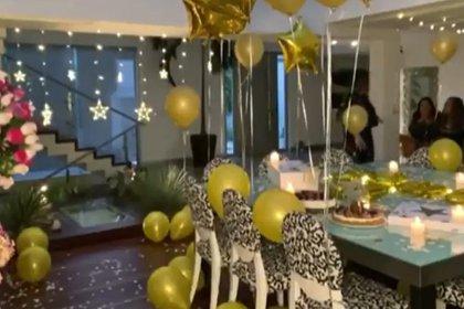 Las hijas de la pareja fueron las que decoraron el comedor de la casa para celebrar el cumpleaños de sus padres (Foto: Captura de pantalla / YouTube @ Hoy)