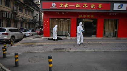 Esta imagen de un hombre muerto en plena calle en Wuhan, el 30 de enero pasado, conmocionó al mundo. Para entonces, sólo en China había casos de coronavirus