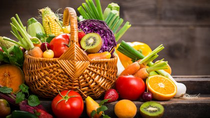 Algunas frutas y verduras aportan cantidades significativas de agua al cuerpo (Getty)