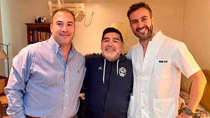 Maradona, junto a su médico (derecha), en su casa de Bella Vista