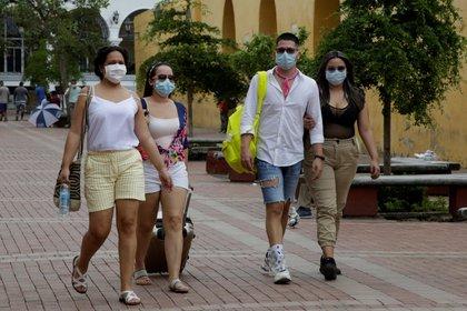 Turistas caminan por el centro de Cartagena (Colombia). EFE/Ricardo Maldonado Rozo/Archivo