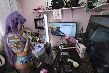 Una modelo webcam en Colombia, país que se ha convertido en la capital de esta práctica en América Latina (Photo by Juan BARRETO / AFP)