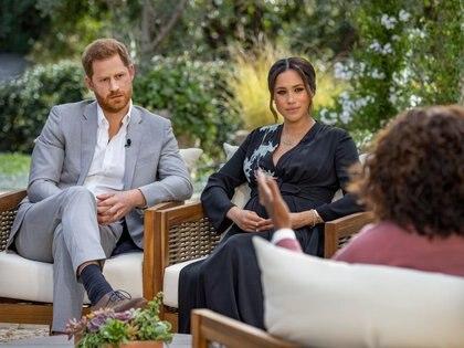 El príncipe británico Enrique y su esposa Meghan son entrevistados por Oprah Winfrey en una foto entregada sin fecha. (Harpo Productions/Joe Pugliese/entrega vía Reuters)