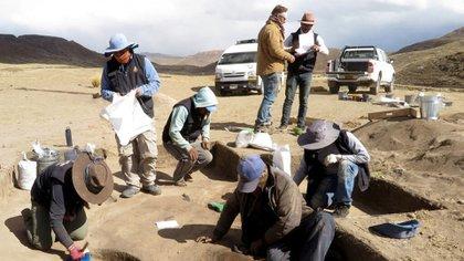 Excavaciones en el sitio de Wilamaya Patjxa en Perú, donde los arqueólogos recuperaron aproximadamente 20.000 artefactos, incluyendo los restos de seis personas, una de las cuales era una cazadora. Randall Haas