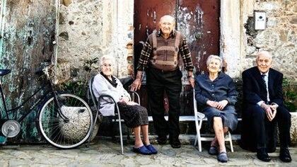 """Un grupo de ancianos en la región montañosa de Cilento, una """"zona azul"""", al sur de Italia"""