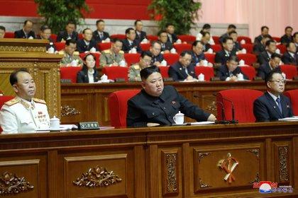 El dictador norcoreano Kim Jong-un asiste al 8 ° Congreso del Partido de los Trabajadores en Pyongyang, Corea del Norte. Detrás puede verse a su hermana, Kim Yo-jong (Reuters)