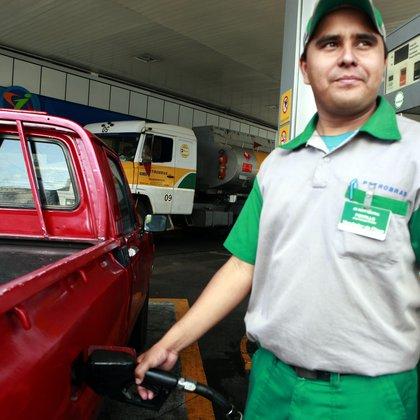 La reducción de los precios se dará solo en las estaciones de servicio de Petropar, que representa un 12,8 % del mercado paraguayo, aunque Lichi se mostró confiado en que los emblemas privados sigan el mismo camino. EFE/Andrés Cristaldo/Archivo