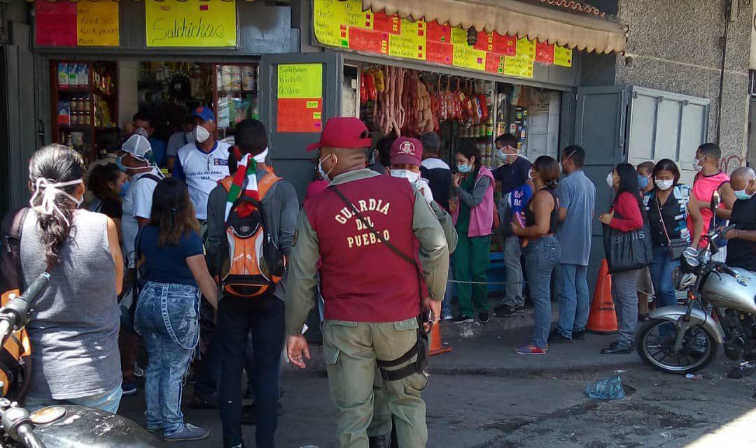 Un funcionario de la Guardia del Pueblo custodia mercado caraqueño.