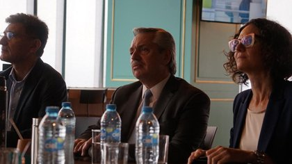 Alberto Fernández durante la videoconferencia junto a la economista Cecilia Todesca