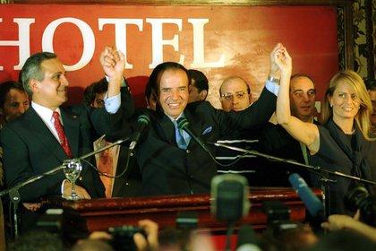 De cara a las elecciones de las que luego se terminaría bajando, Carlos Menem junto a su esposa Cecilia Boloco y Juan Carlos Romero