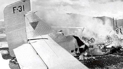 Horas antes del choque y posterior incendio de la aeronave, Carlos Gardel posó junto a la maquina para promocionar la flamante empresa aérea SACO.