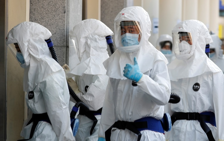 Un equipo médico entra en un hospital para tratar a pacientes con coronavirus en Corea del Sur (Reuters/ Kim Kyung-Hoon)