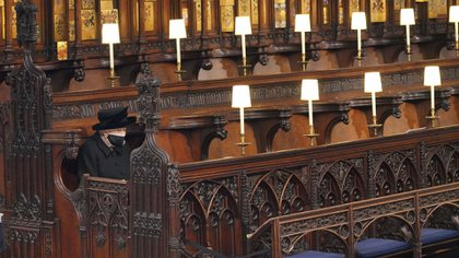 La reina se sentó sola y no disimuló su tristeza durante la ceremonia que duró 50m minutos (AP)