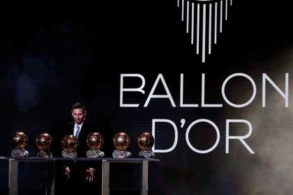Lionel Messi con sus seis Balones de Oro (Reuters)