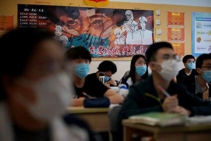 Estudiantes toman clases con máscaras faciales en Shanghai, China  REUTERS/Aly Song