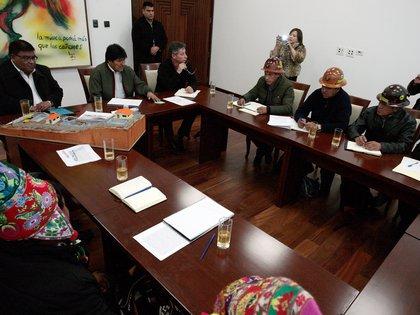 El mandatario boliviano Evo Morales se reunió con mineros y líderes aborígenes en el Palacio de Gobierno en La Paz este 7 de noviembre de 2019 (REUTERS/Manuel Claure)