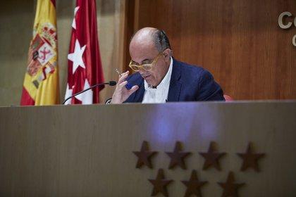 18/03/2021 El viceconsejero de Salud Pública y Plan COVID-19 de la Comunidad de Madrid, Antonio Zapatero, durante una rueda de prensa convocada ante los medios, en Madrid, (España), a 18 de marzo de 2021. En esta rueda de prensa se ha anunciado que más de 64.000 madrileños tendrán restricciones a la movilidad desde el lunes en un total de cuatro zonas básicas de salud (ZBS) y un municipio. SALUD  EUROPA PRESS/J. Hellín. POOL - Europa Press