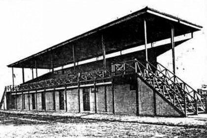 La primera tribuna del viejo estadio fue construida en 1922