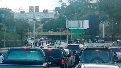 El tráfico está completamente detenido en la autopista Prados del Este por la presencia de agentes armados
