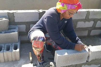 Sonia Bermudez construye ella mismas las bóvedas donde mete los ataúdes con los cuerpos.
