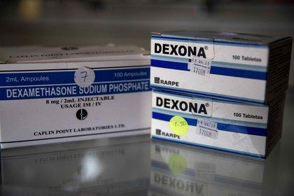 Vista de cajas de dexametasona en pastillas y ampollas en una farmacia. (EFE)