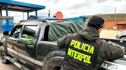Un policía boliviano revisa una camioneta en el marco de la operación (Interpol)