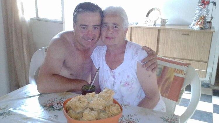 Madre e hijo: mate y pastelitos en la cocina familiar, un año antes del crimen.