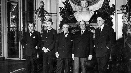 (De izq a der) Los jueces supremos Antonio Sagarna, José Figueroa Alcorta, Ricardo Guido Lavalle y Roberto Repetto, y el procurador general de la Nación, Horacio Rodríguez Larreta. Todos ellos firmaron una acordada convalidando el golpe de Estado de 1930