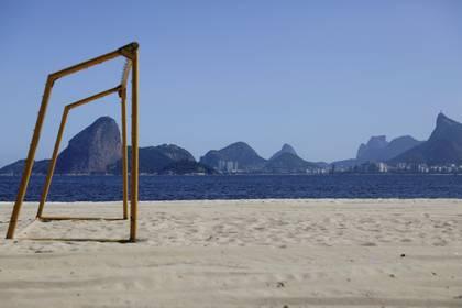 Una portería en una playa vacía con el horizonte de Río de Janeiro en el fondo, durante el brote de la enfermedad por coronavirus (COVID-19) en Niteroi, Brasil. 23 de marzo de 2020. REUTERS/Ricardo Moraes