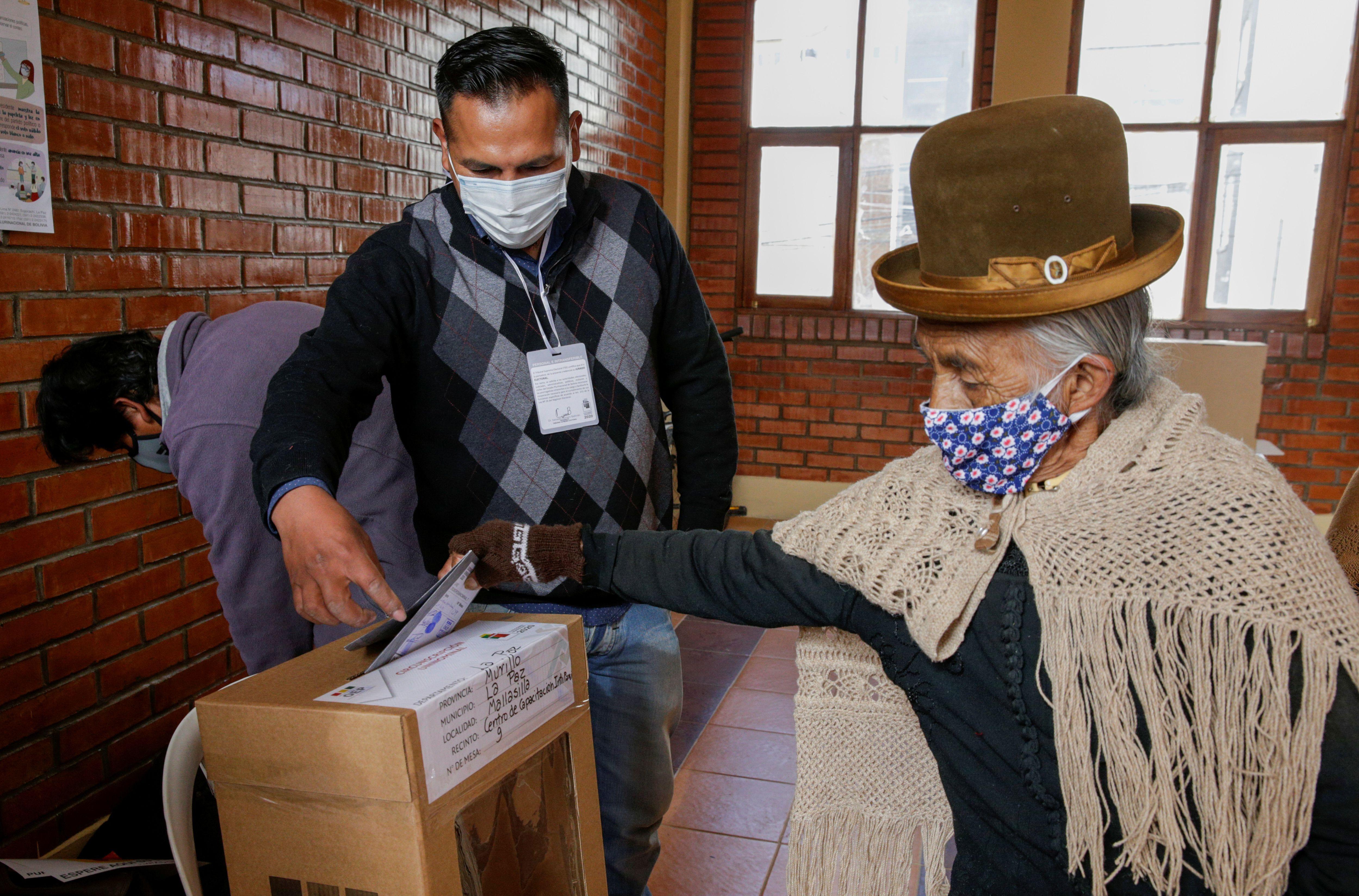 Una mujer vota en La Paz (Reuters)