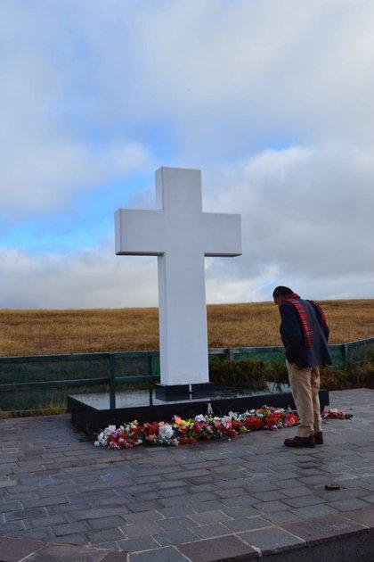 Eduardo Eurnekian frente a la gran cruz del cementerio de Darwin, que él se ocupó de construir a pedido de los familiares en 2004