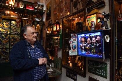 Cuatro animatronix de un artista de San Telmo se destacan en el café del barrio de Almagro.