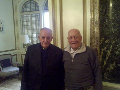 Jorge Bergoglio y Carlos Samaria en la Ortopedia Alemana, en uno de los almuerzos que compartían