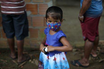 Sin tratamiento ni vacuna contra el COVID-19, medidas como el uso de máscaras, la distancia social y el lavado frecuente de manos son centrales para cortar la propagación. (REUTERS/Bruno Kelly)