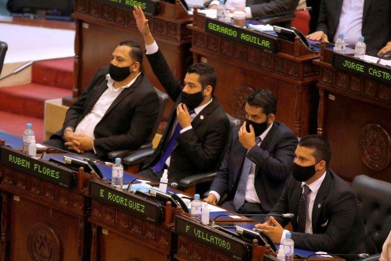 Un legislador vota a favor de la remoción de los magistrados de la Corte Suprema de Justicia en el congreso salvadoreño, San Salvador. 1 de mayo de 2021. REUTERS / José Cabezas