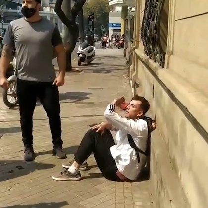El delincuente permaneció sentado en la vereda, a la espera de la policía santafesina