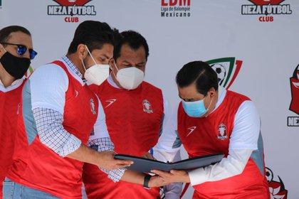 Firma del convenio entre autoridades estatales y la directiva del club (Foto: Cortesía/ Neza FC)