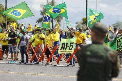 """Los manifestantes portaban carteles y gritaban consignas como """"Intervención militar con Bolsonaro"""", """"Fuera Maia"""" -en referencia al presidente de la Cámara de Diputados, Rodrigo Maia- y hacían alusión al """"AI-5"""", el sombrío decreto contra los derechos humanos en la dictadura (AFP)"""