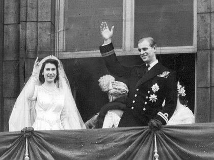 La reina Isabel y el príncipe Felipe saludan a la multitud luego de contraer matrimonio (Shutterstock)