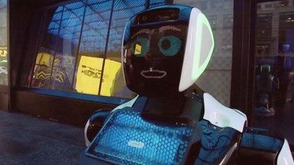 El robot Promobot permanece en la calle para evacuar dudas de las personas sobre los síntomas de coronavirus en Nueva York. REUTERS/Reuters TV