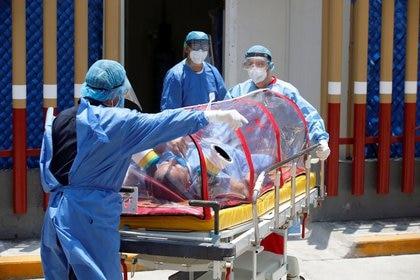 Trabajadores de la salud que portan equipo de protección transportan en una camilla a un paciente que padece COVID-19 hacia un área del Hospital General de Ciudad de México donde se trata a los pacientes contagiados con la nueva cepa del coronavirus (Reuters)