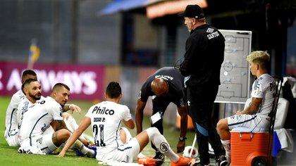 Dos jugadores de Santos dieron positivos de coronavirus luego del partido (REUTERS/Marcelo Endelli)