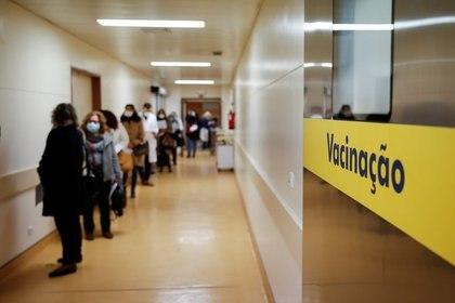 Trabajadores sanitarios esperan en la fila para recibir la vacuna en el Hospital São José en Lisboa (Reuters)